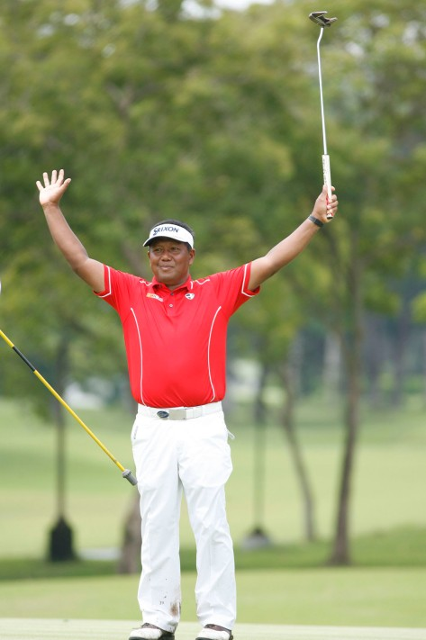 Tony Lascuna raises his arms in triumph after racking up another victory at ICTSI Negros Occidental Classic.(pr)