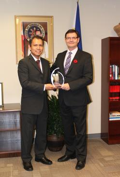 (Left) Consul General Neil Frank Ferrer awards the Plaque of Appreciation to Assistant Commissioner Randall J. Beck of the Royal Canadian Mounted Police (RCMP).(vancouverpcg.org)