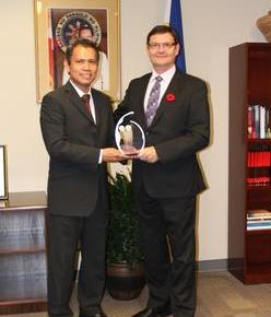 OPAPP appreciates RCMP commissioner's contribution to ICP; ConGen Ferrer awards plaque to CommissionerBeck